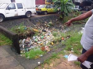 Béssèkè, le 29 août 2014. Des bouteilles plastiques obstruent un drain. Photo Mathias Mouendé Ngamo