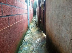 Des eaux souillées ruissellent dans une ruelle de Béssèkè. Photo Mathias Mouendé Ngamo