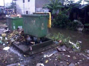 Quartier Béssèkè. Des ordures hors des bacs, près du drain. Photo Mathias Mouendé Ngamo