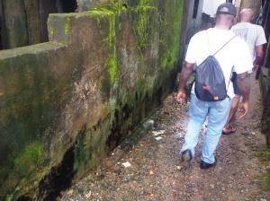 Douala, 29 août 2014. Une petite visite dans une ruelle de Béssèkè. Photo Mathias Mouendé Ngamo