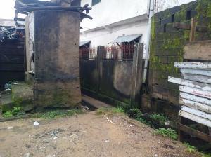 Quartier Béssèkè. Une latrine construite près d'une rigole, à l'entrée d'une ruelle. Photo Mathias Mouendé Ngamo