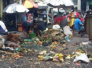 Douala, 25 août 2014. Des commerçantes du marché Mambanda vendent près des tas d'ordures. Crédit photo @Mathias Mouendé Ngamo