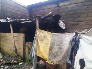 La porcherie jouxte la cuisine à Mambanda Crédit photo @Mathias Mouendé Ngamo