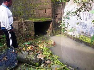 Mambanda, 25 août 2014. Des toilettes obstruent le passage des eaux de ruissellement. Crédit photo @Mathias Mouendé Ngamo