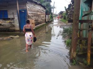On se déplace les pieds dans l'eau à Mambanda Crédit photo @Mathias Mouendé Ngamo