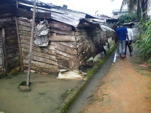 Une barraque habitée, entourée d'eau..