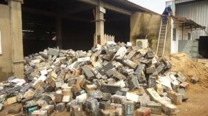 Douala, le 10 juin 2015. Des milliers batteries usagées stockées dans l'entrepôt d'une entreprise de recyclage. Photo Mathias Mouendé