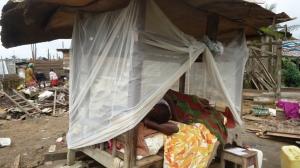 Douala, le 14 juillet 2015. Une déguerpie du quartier Makèpè-Missokè passe les nuits dans un lit de fortune en plein air, sur les décombres. Crédit Photo: Mathias Mouendé Ngamo