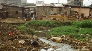 Le drain obstrué après les casses à Makèpè-Missokè. Crédit photo: @Mathias Mouendé Ngamo