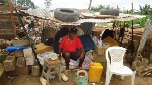 Un sinistré du quartier Makèpè-Missokè a trouvé réfuge dans un abri de fortune. Crédit photo: @Mathias Mouendé Ngamo