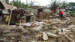 Un sinistré fouille encore dans les décombres Crédit photo: @Mathias Mouendé Ngamo