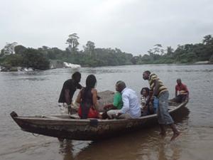 Kribi, 24 juin 2015. Embarquement à bord de la pirogue pour  une excursion sur le fleuve Lobé. Crédit photo: @Mathias Mouendé Ngamo