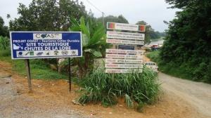 Kribi. La plaque indiquant le chemin qui mène aux chutes. Crédit photo: @Mathias Mouendé