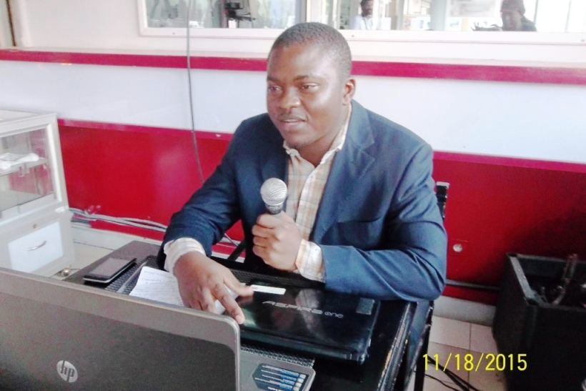 Douala le 18 novembre 2015. Le journaliste Mathias Mouende Ngamo présente les éco-gestes utiles à la préservation de l'environnement