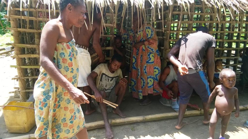 Dans le campement Bagyeli 1