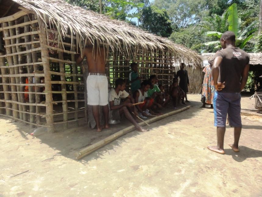 Dans le campement Bagyeli 2