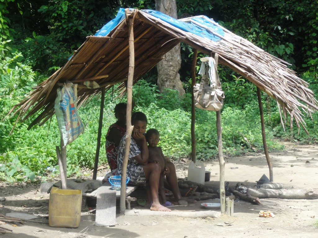 Dans le campement Bagyeli 5