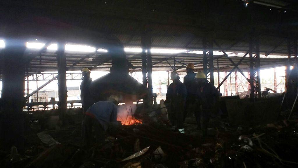 Douala, 5 juillet 2016. Des employés à l'oeuvre dans une fonderie.