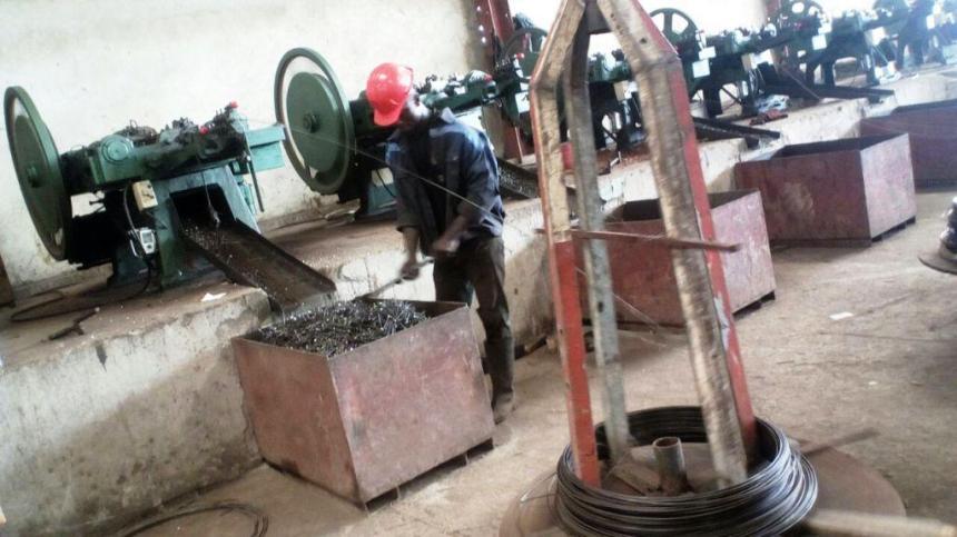 Douala. Dans une usine de transformation de déchets ferreux en clous.