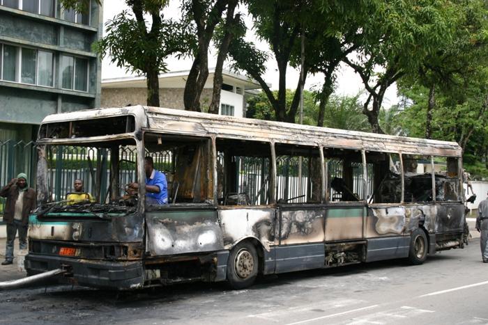ce-qui-reste-dun-bus-de-transport-en-commun-calcine-en-pleine-chaussee-a-douala-en-avril-2013