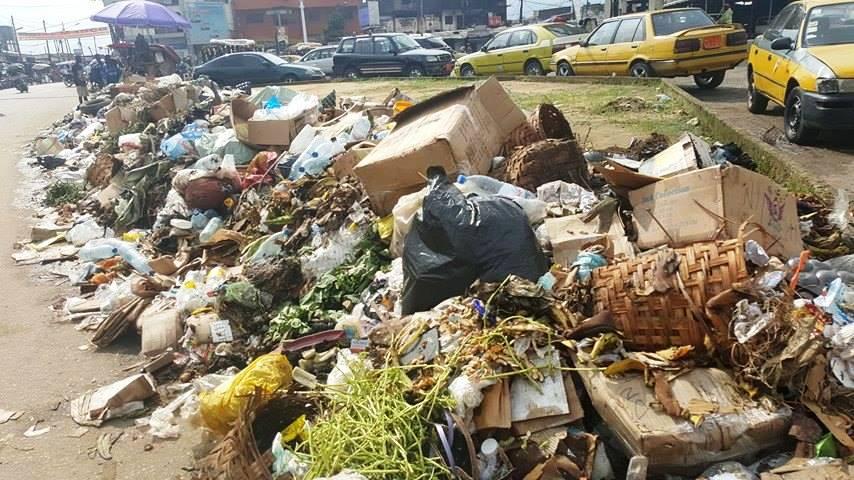 des-ordures-au-milieu-de-la-chaussee-au-quartier-bepanda