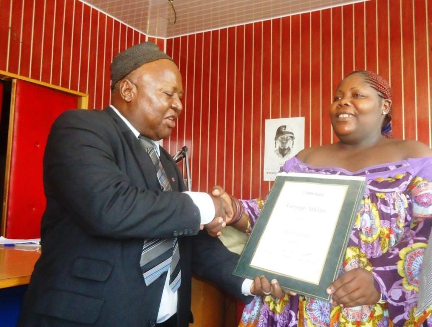 douala-13-septembre-2016-carole-leuwe-recoit-son-prix-des-mains-du-point-focal-farm-radio-cameroun