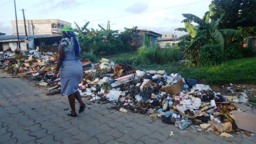 douala-des-ordures-gagnent-peu-a-peu-le-passage-au-quartier-cite-sic
