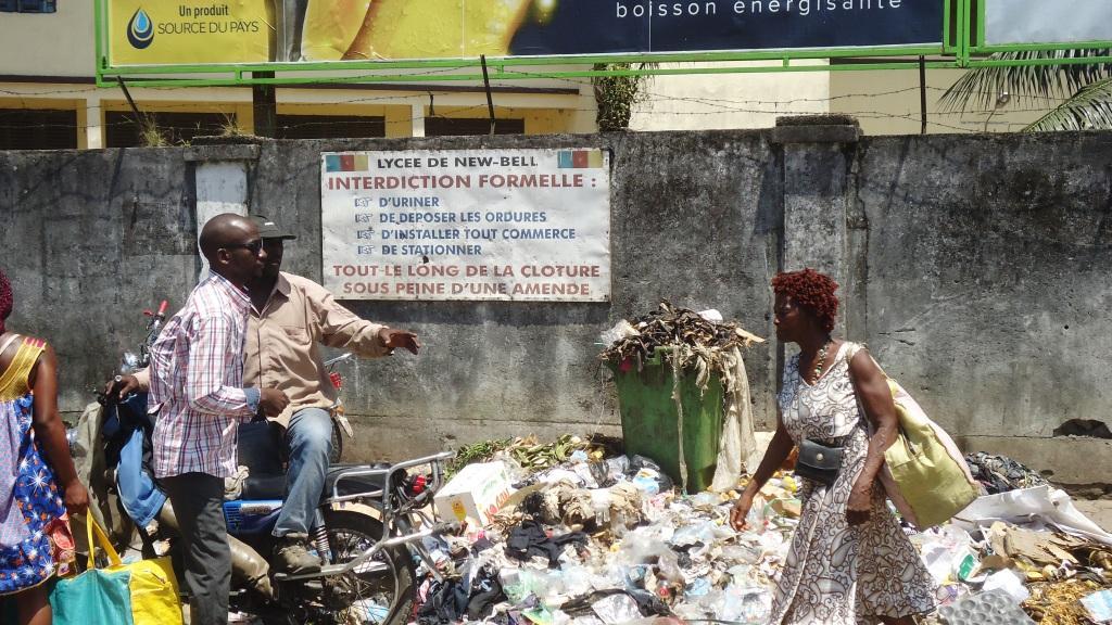 Cameroun Un dépotoir d'ordures sur la chaussée, près de la cloture du lycée de New Bell à Douala, en dépit de la plaque d'interdiction. Crédit photo Mathias Mouendé Ngamo
