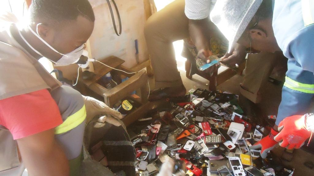 Douala. Des jeunes de l'Ong Fctv effectuent un tri des déchets de téléphones portables.