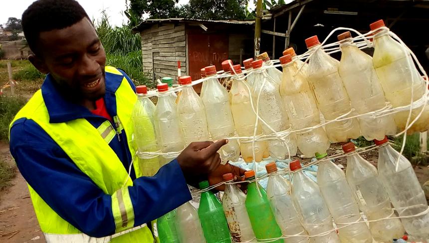 Ismaël Essome présente des blocs de bouteilles plastiques
