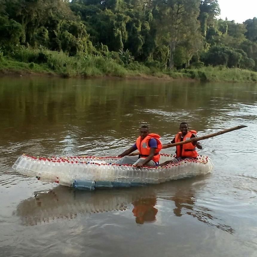 La pirogue écologique flottant sur les eaux..