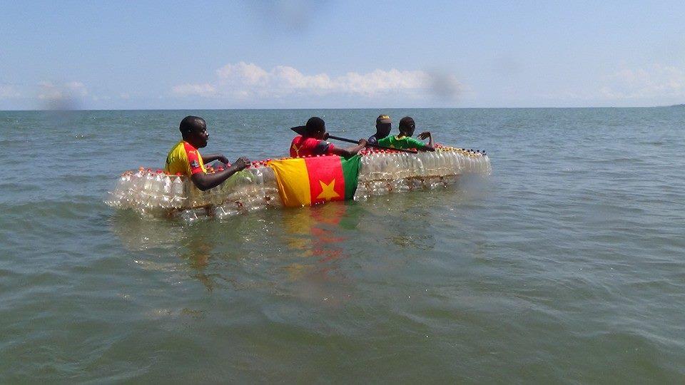 La pirogue écologique flottant sur les eaux.