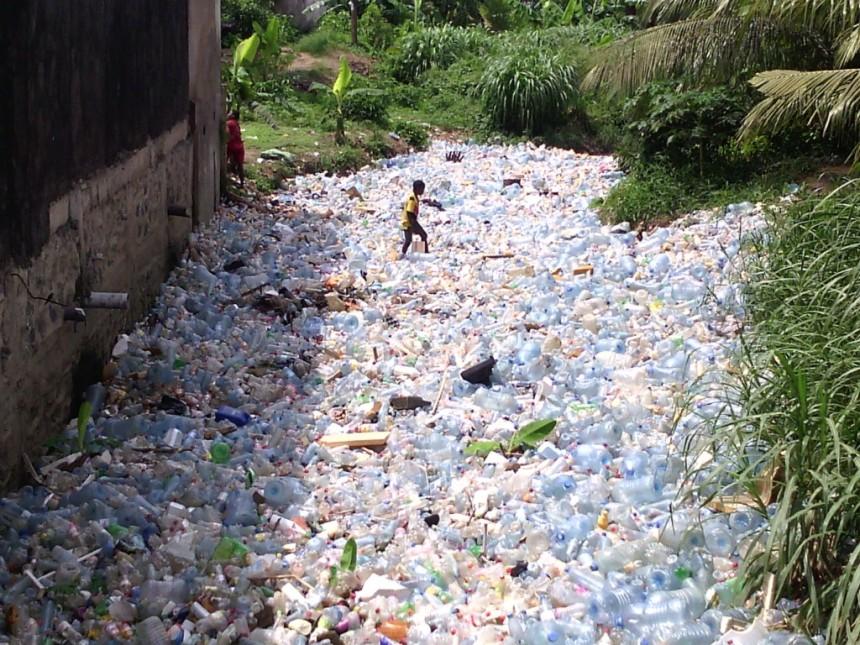 Une vue d'un drain obstrué par des bouteilles plastiques au quartier Madagascar à Douala.