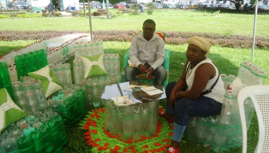 Douala, le 17 novembre 2017. Doriane reçoit un visiteur sur ses meubles en bouteilles plastqiues.