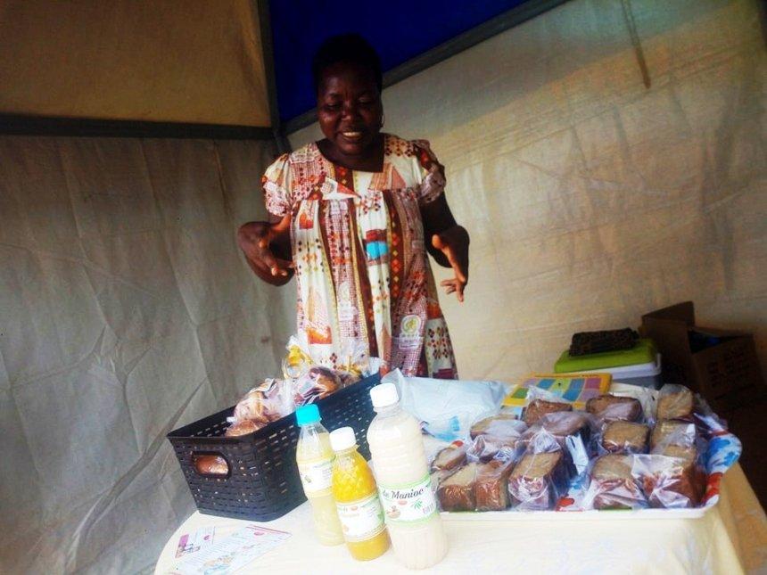 Blanche Ongmesson présente ses gâteaux et jus faits à base de manioc et de patate.