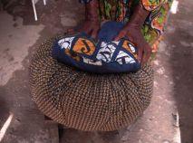 La casserole retirée du feu de bois est posée dans le sac-marmite pour achever la cuisson. Crédit Photo: Mathias Mouendé Ngamo