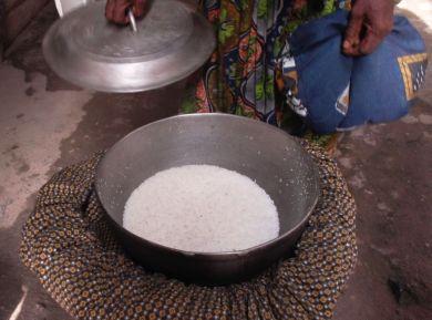 L'aliment préparé dans le sac-marmite est cuit. Crédit Photo: Mathias Mouendé Ngamo.