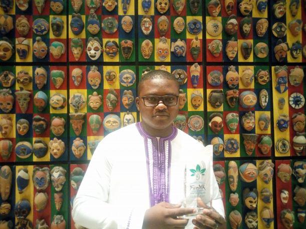 Mathias Mouendé Ngamo présente son prix obtenu au Forest Media Awards